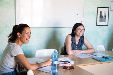 Mädchen studiert Italienisch