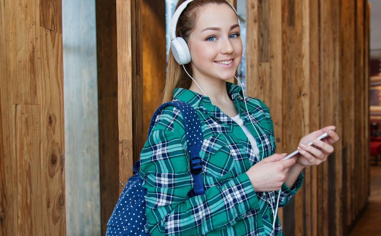 chica ascoltando a un podcast