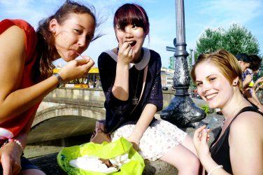 chicas comiendo la comida italiana en el arno