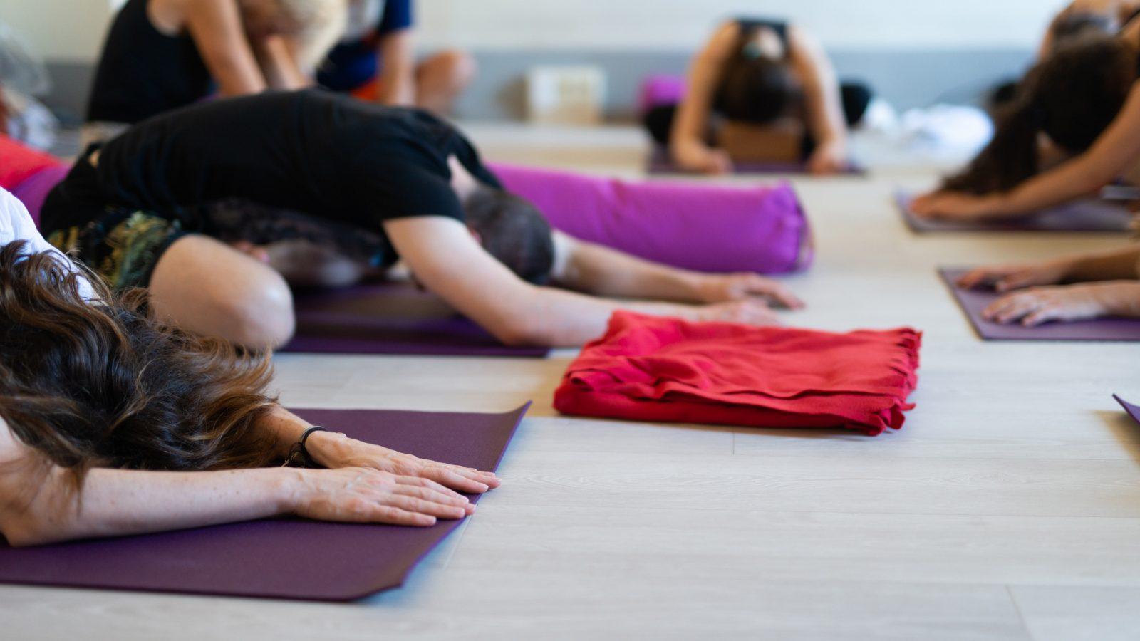 mujeres en un clase de yoga en florencia