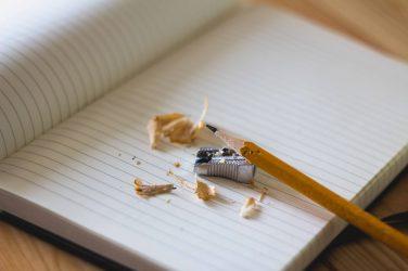 lápiz en un texto blanco