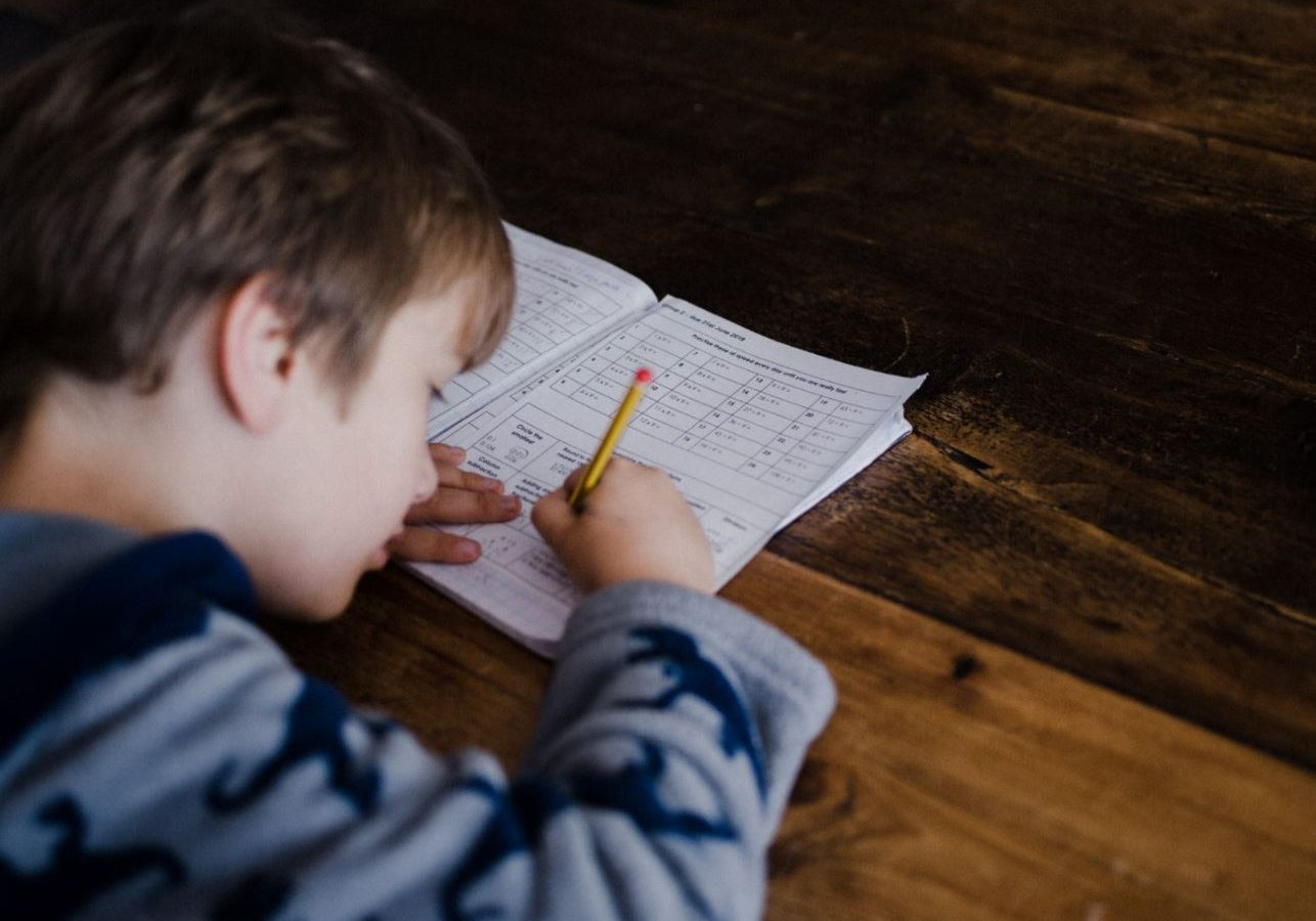 niños haciendo los deberes de italiano