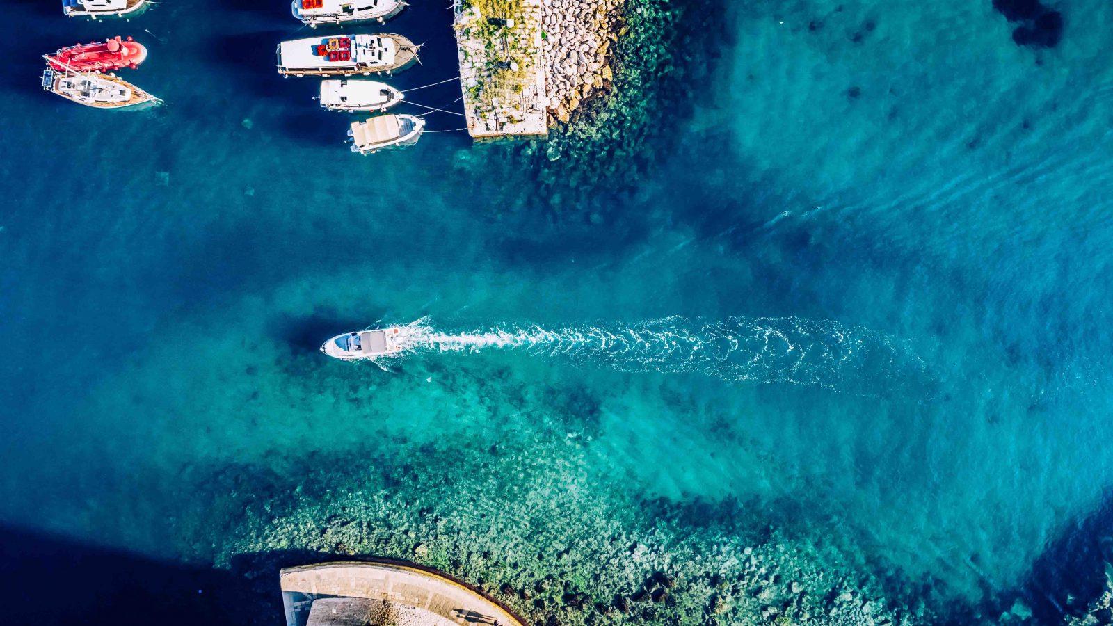 barco entrando el puerto de elba