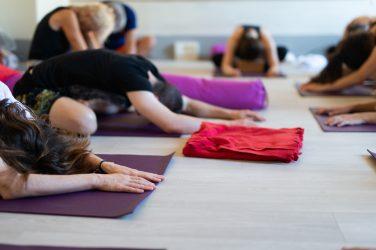donne a lezione di yoga a firenze