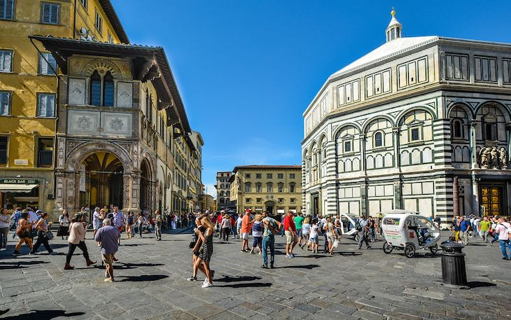 pedestrian-Piazza-Duomo-Florence-article-by-Europass