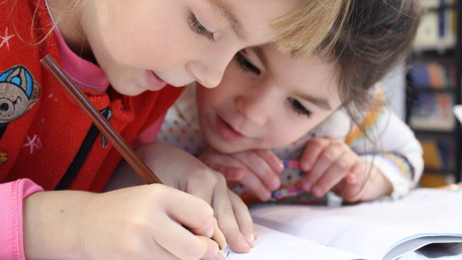 kids doing italian homeworks